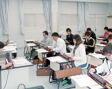 教員・全学生一丸となって演奏する大正琴