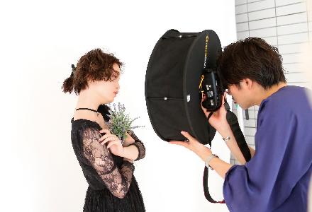 モデル撮影における一眼レフの使用方法や ライティングについて学ぶ