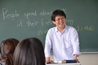英語の指導をする新美秀和准教授