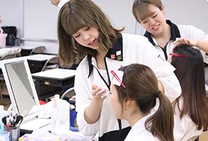 東京総合美容専門学校のメイク・ファッションコース